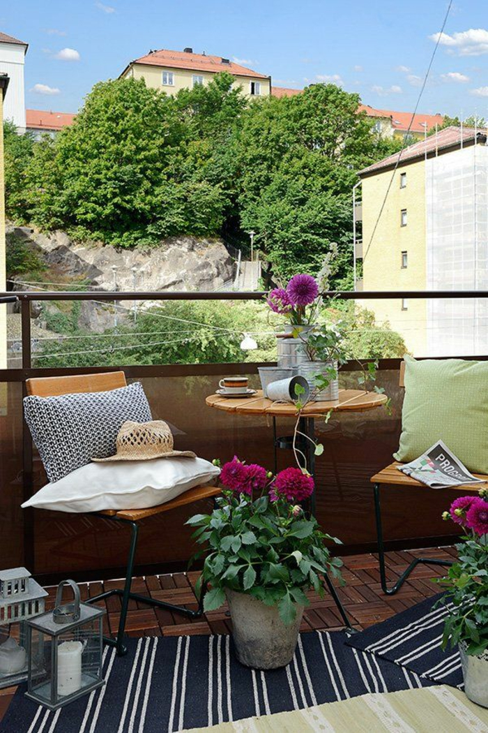 balkongestaltung kompakte balkonmöbel blumen dekokisen teppiche