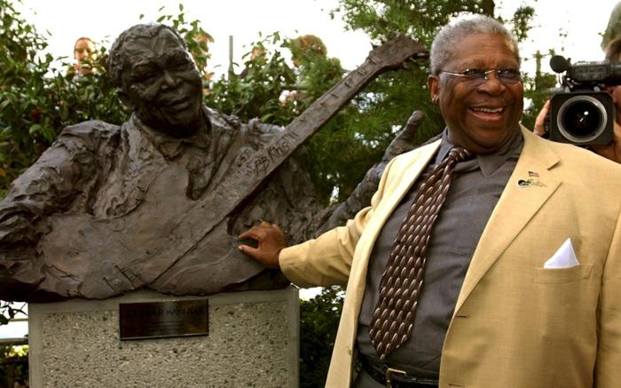 bb king statue und der musiker selbst prominews