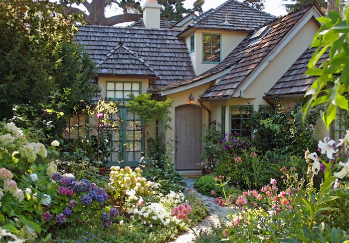 cottage garten blühende pflanzen enge pfade