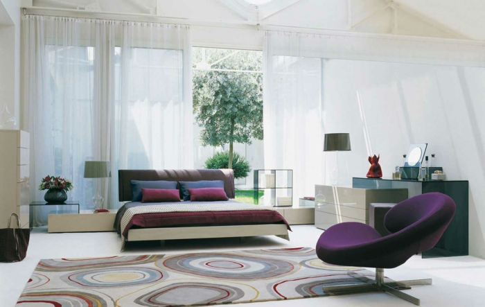 deko ideen schlafzimmer bettwäsche lila sessel teppich