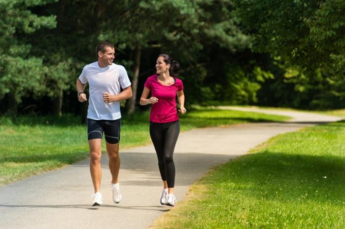 effektiv abnehmen tipps park spazieren gehen mann frau
