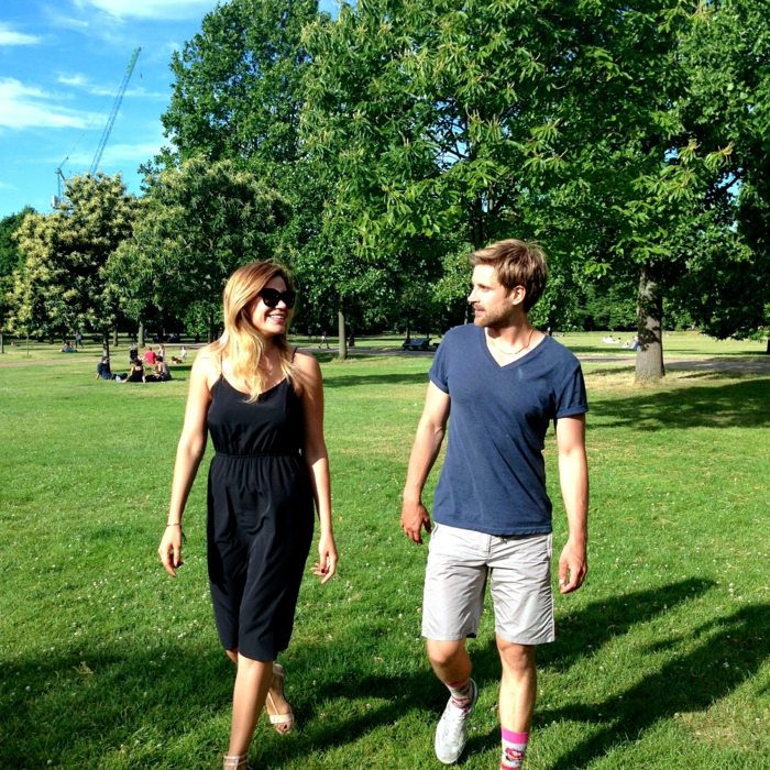 effektives abnehmen lifestyle natur park spazieren gehen mann und frau