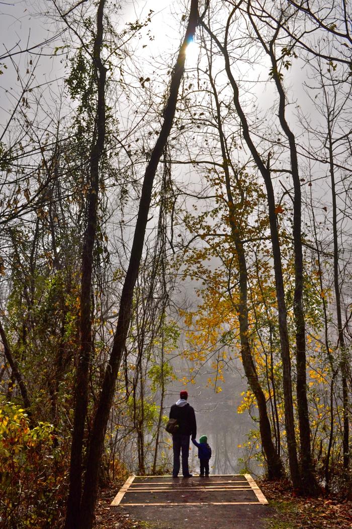 effektives abnehmen spaziergang im park vater und sohn