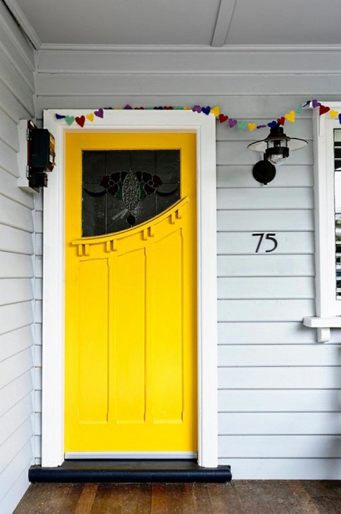 farbgestaltung ideen pantone farben gelb eingangstür