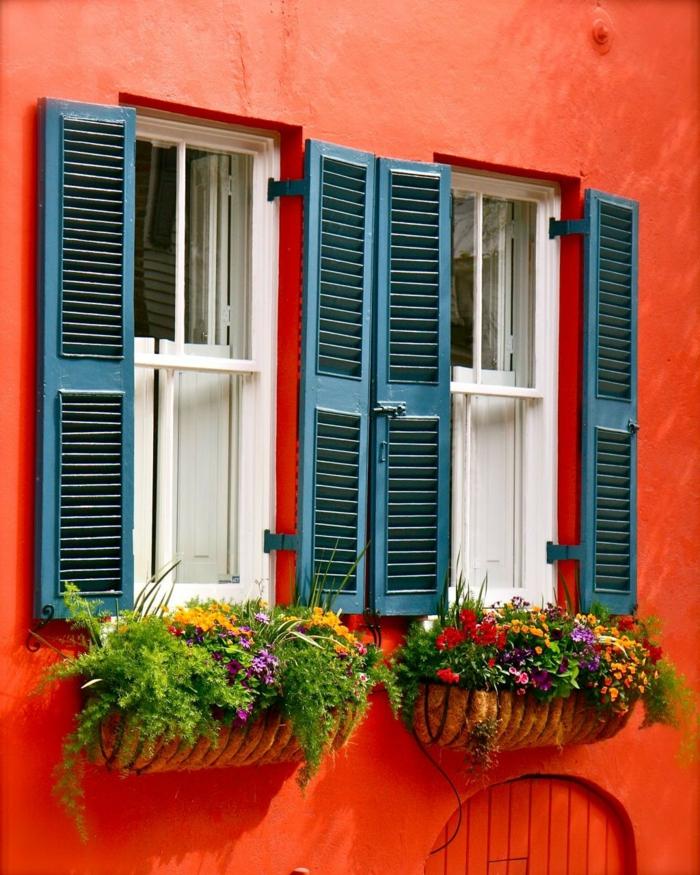 fensterdefensterdeko gemischte blumen grüne pflanzen fensterladen metallene pflanzbehälter