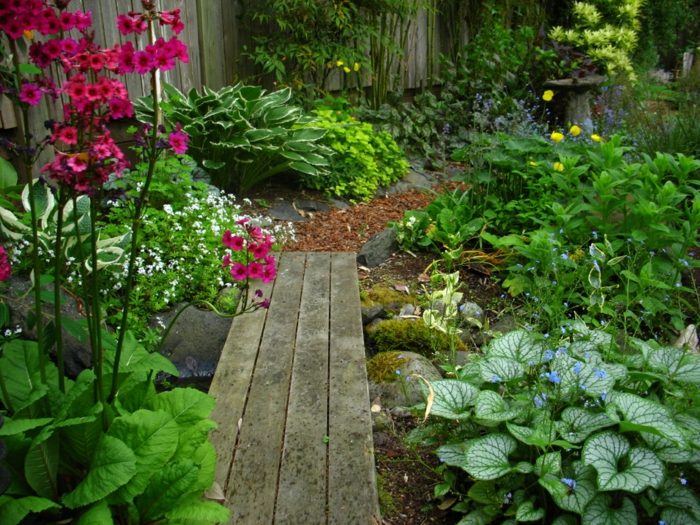 gartenbewässerung gartenweg pflanzen farbige blumen