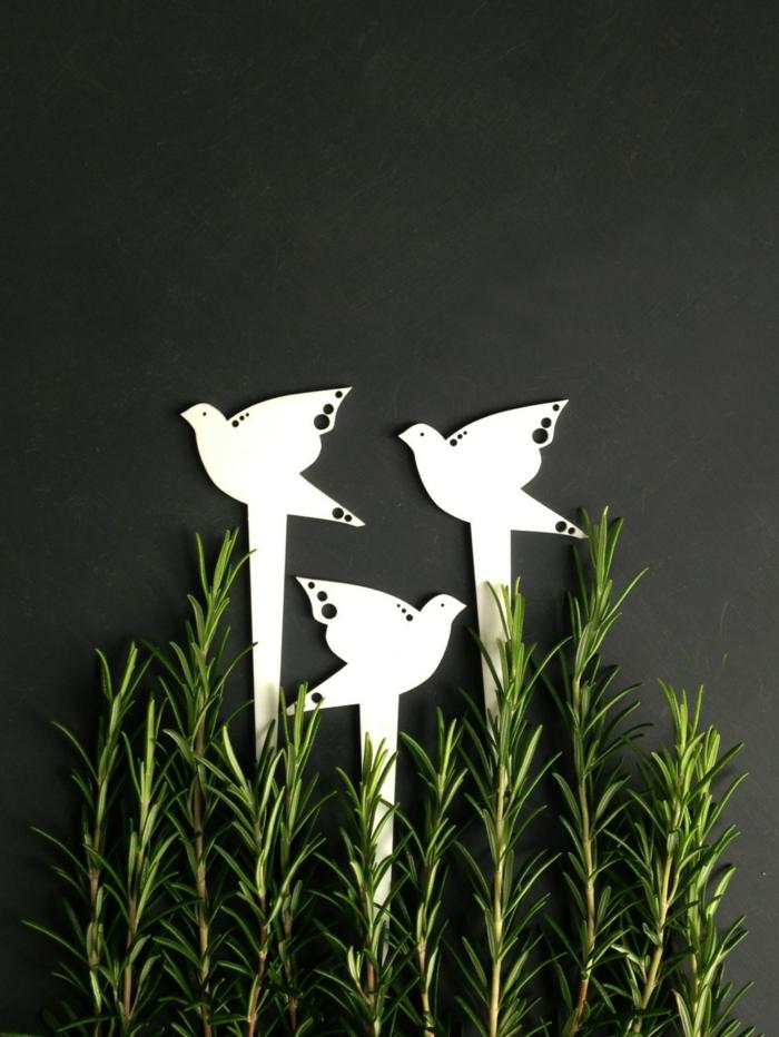 gartendekorationen garten pflanzen weiße steckfiguiren