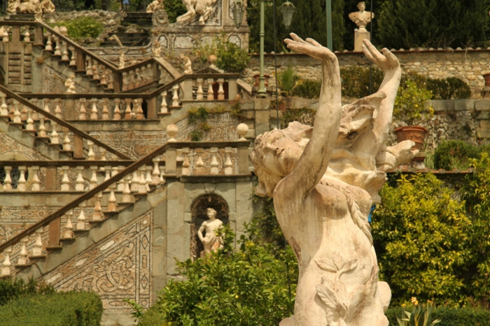 gartengestaltung beispiele italienisch große skulpturen