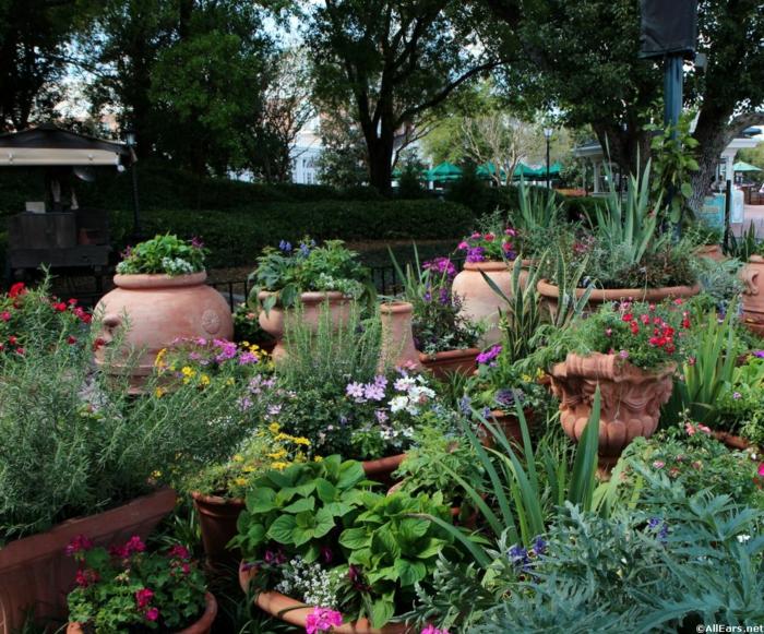 gartengestaltung beispiele mediterrane vegetation pflanzen kräuter tongefässe