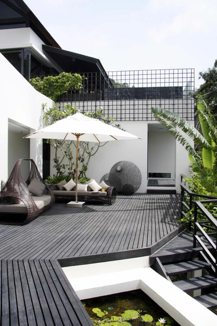 Moderner Garten, welcher dem Innenbereich nachahmt
