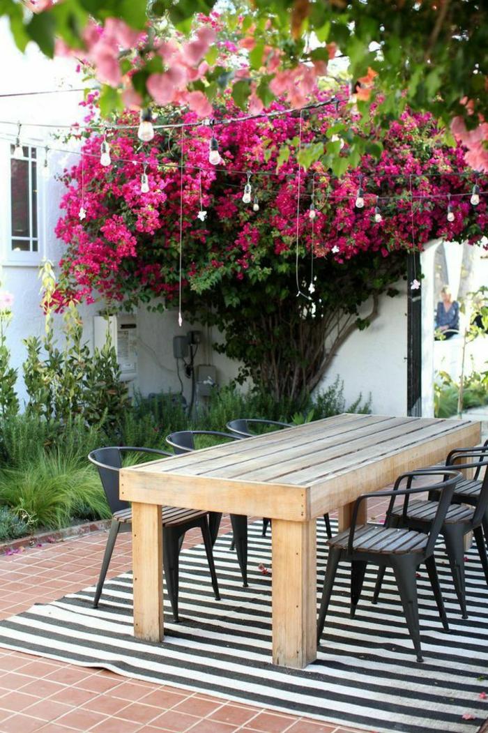 Gartentisch Aus Holz Klassisches Mobelstuck Im Modernen Garten