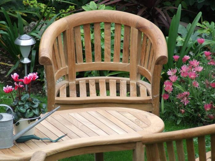 gartenmöbel set hölzerne außenmöbel pflanzen