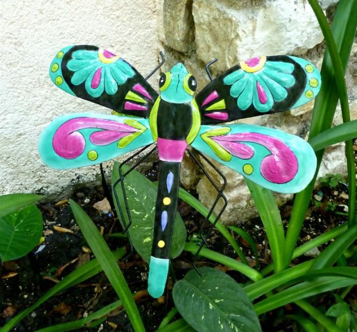 gartenstecker ausgefallene gartendeko farbiges insekt