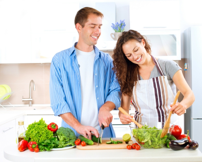 gesundes essen gemeinsam kochen mann und frau