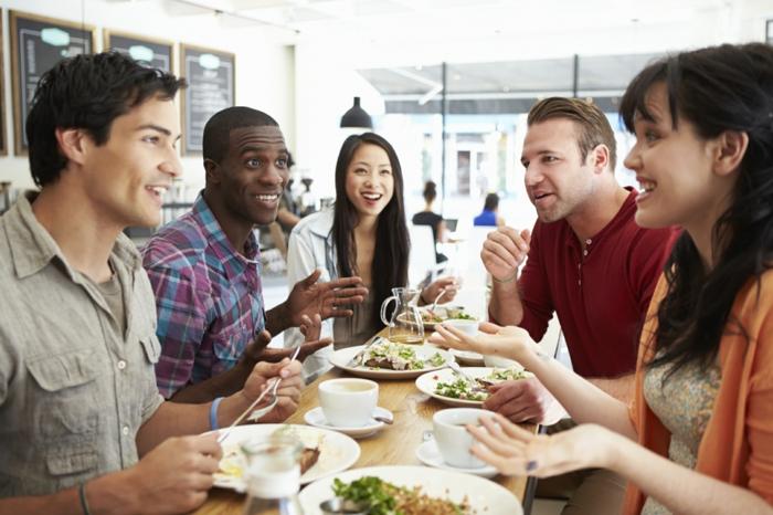 gesundes essen treffen mit freunden gemeinsam essen