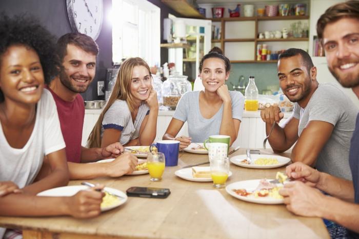 gesundes essen gemeinsam frühstücken freunde