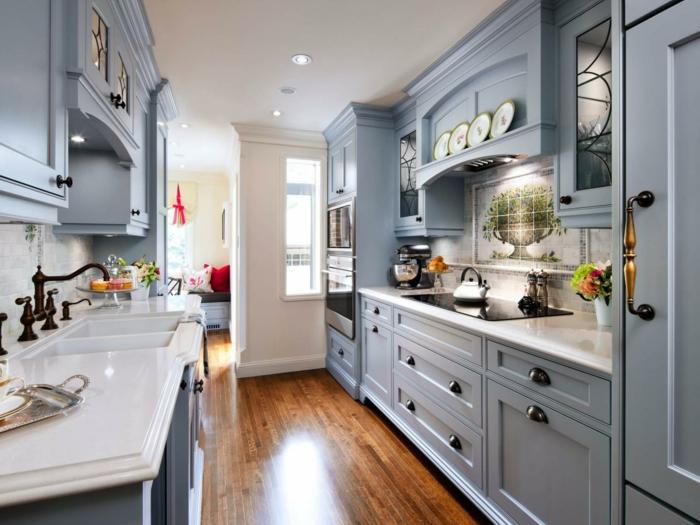 küchen im landhausstil graue küchenschränke kleine küche einrichten