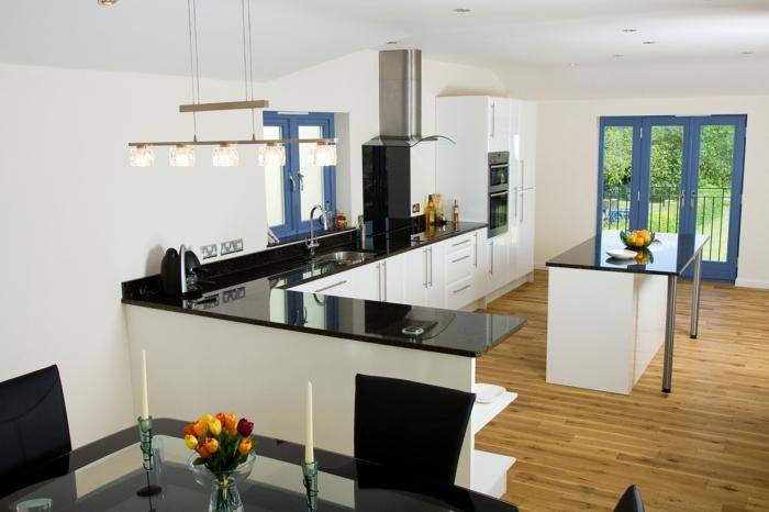küchendesign weiß schwarz tulpen tischdeko