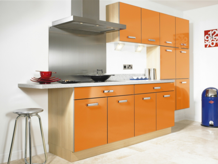 küchenmöbel kaufen orange küchenschränke barhocker wanduhr