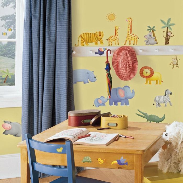 kinderzimmerwände gestalten tapete schreibtisch lange gardinen