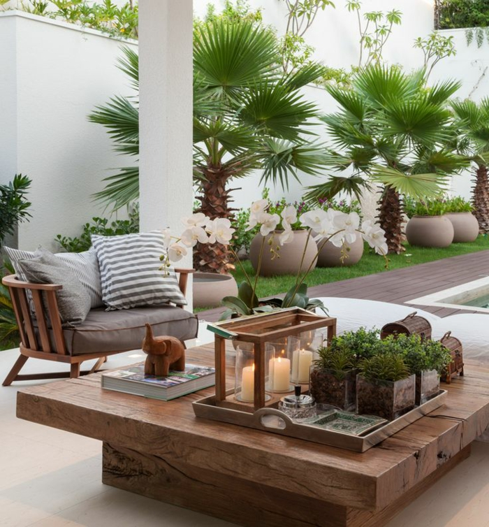 kleine terrasse gestalten couchtisch massivholz topfpflanzen grüne wohlfühloase