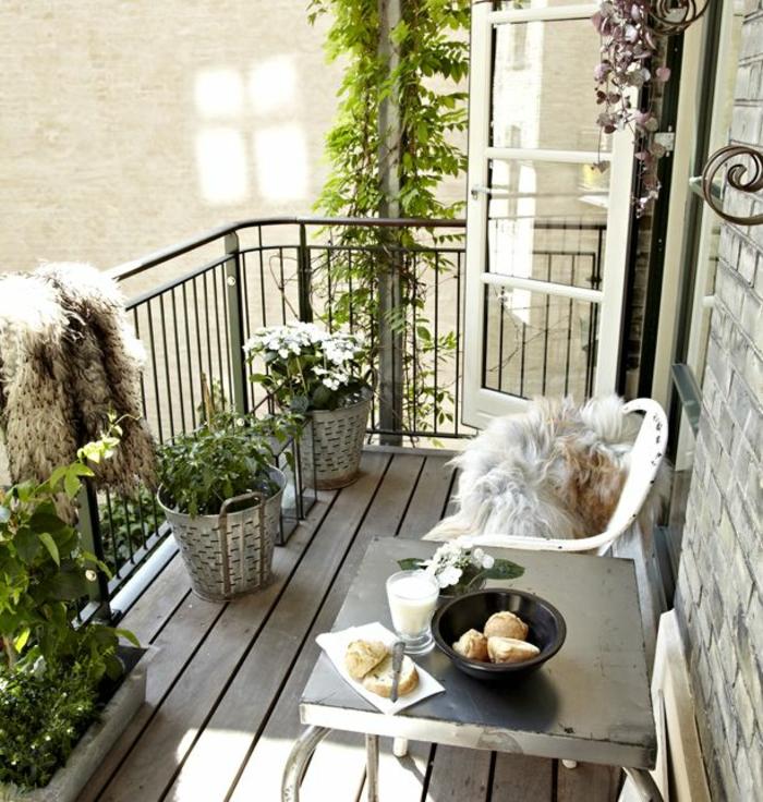 kleine terrasse gestalten holzboden verlegen topfpflanzen grüne terrasse