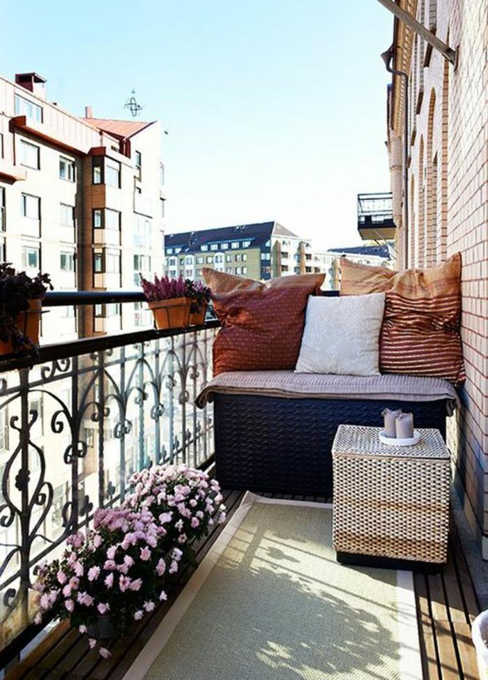 kleine terrasse gestalten holzmöbel topfpflanzen sommer wohlfühloase
