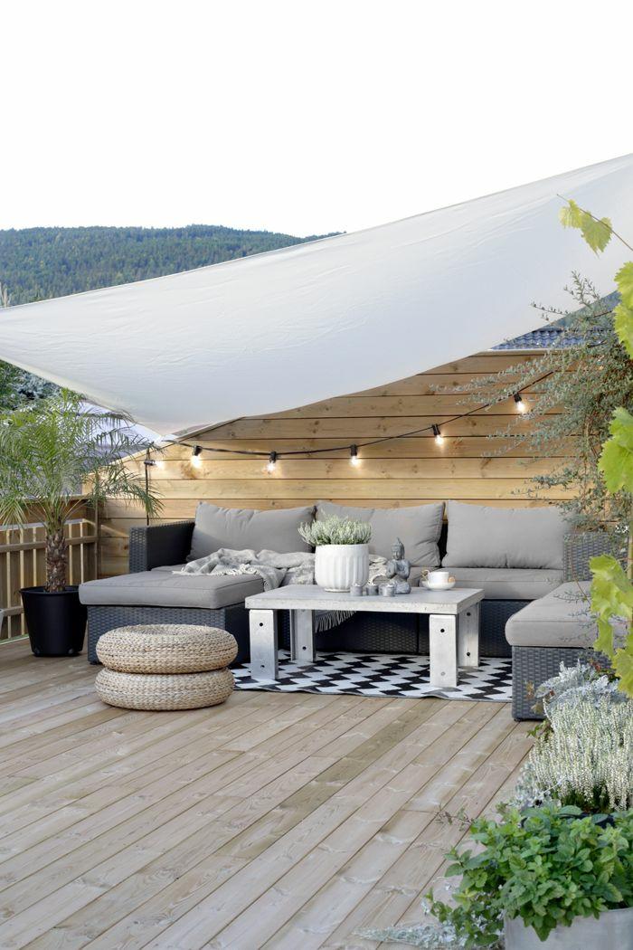 kleine terrasse gestalten rustikal holzboden topfpflanzen sichtschutz
