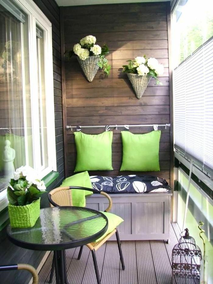 kleine terrasse gestalten rustikal holzmöbel grüne dekoartikel