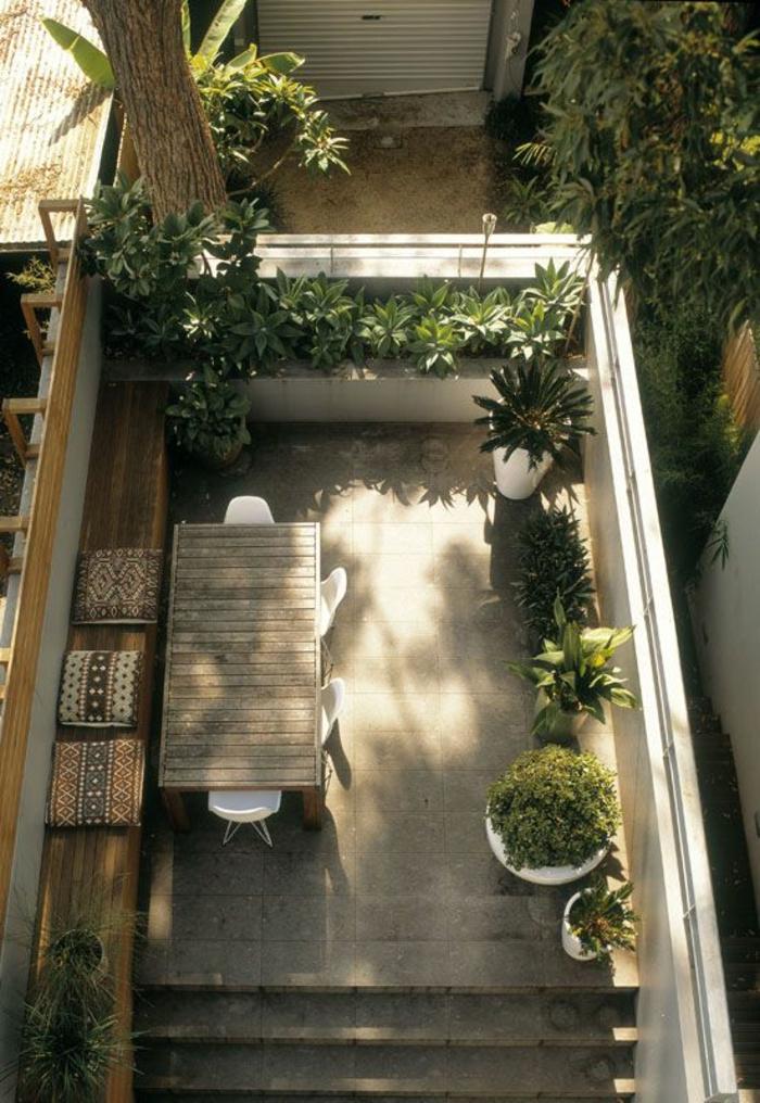 Kleine Terrasse Gestalten Rustikal Holzmöbel Topfpflanzen Grüne Wohlfühloase