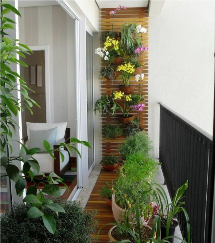 kleine terrasse gestalten rustikal holzmöbel topfpflanzen vertikaler garten