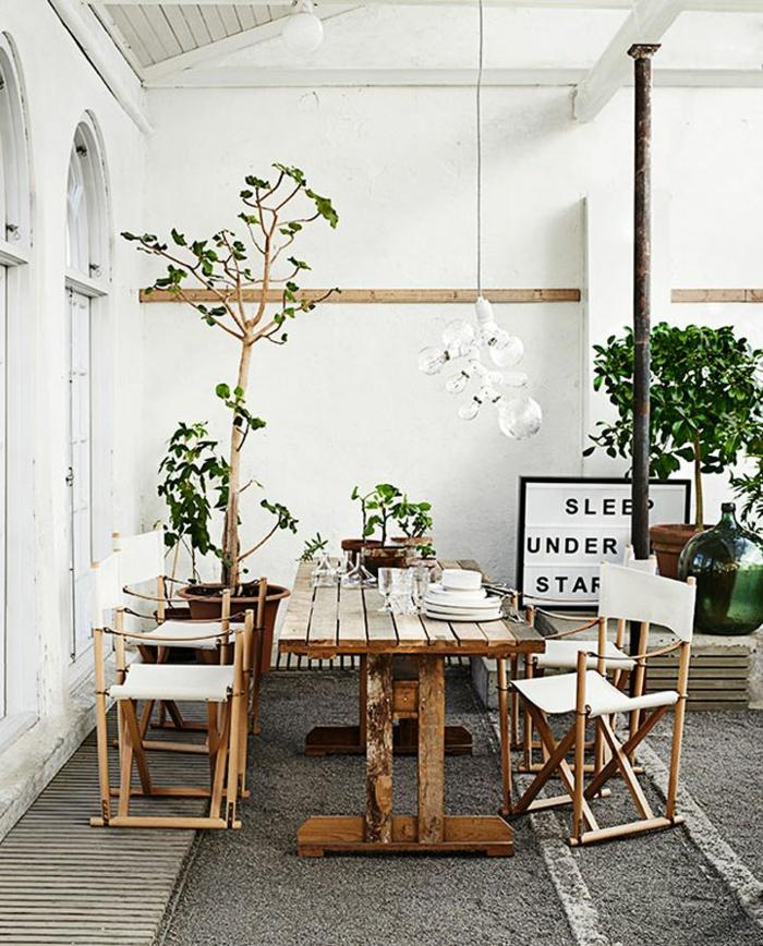 kleine terrasse gestalten rustikal holzmöbel topfpflanzen