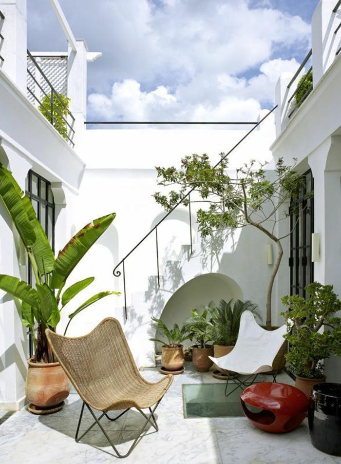 kleine terrasse gestalten rustikal rattanmöbel topfpflanzen grüne wohlfühloase
