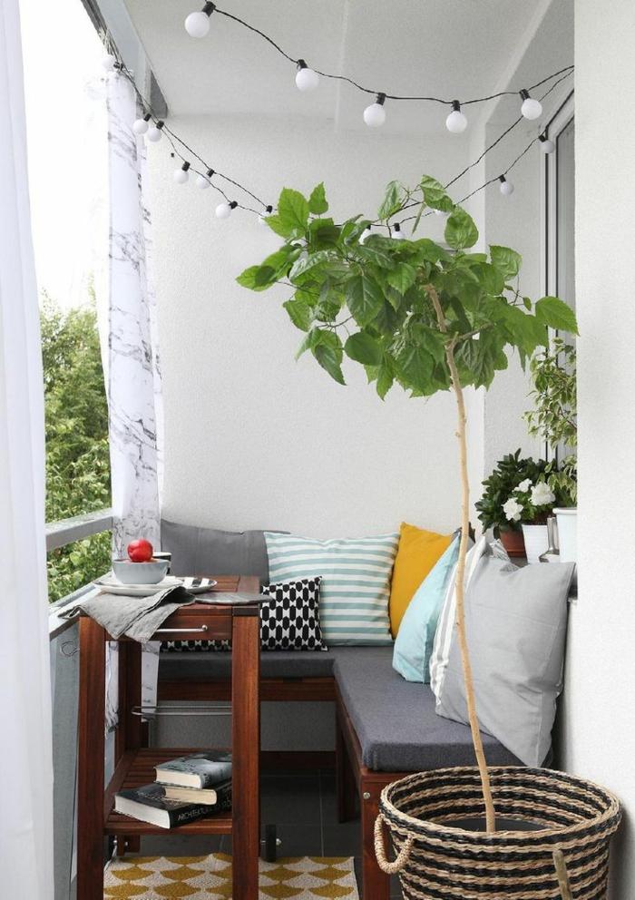 kleine terrasse gestalten rustikal rattanmöbel topfpflanzen