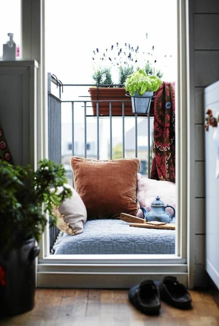 kleine terrasse gestalten sitzkissen topfpflanzen wohlfühloase