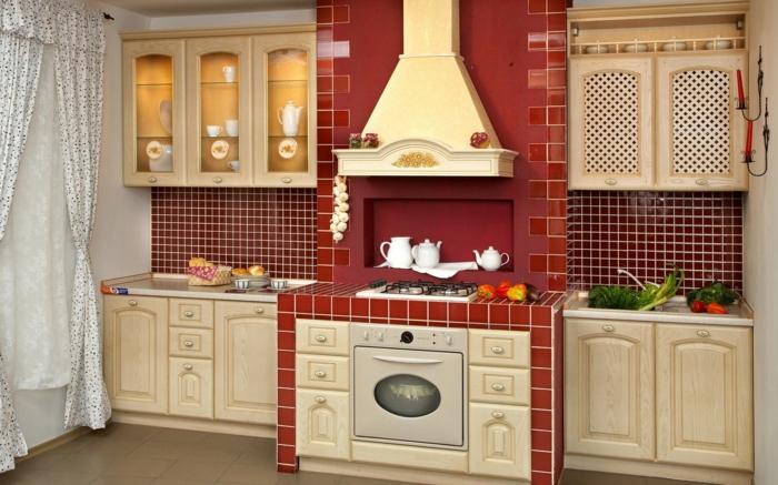 landhausküche rote wandfliesen hölzerne küchenschränke lange gardinen