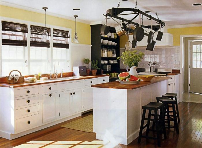 landhausküche weiße kücheninsel hölzerne arbeitsplatte