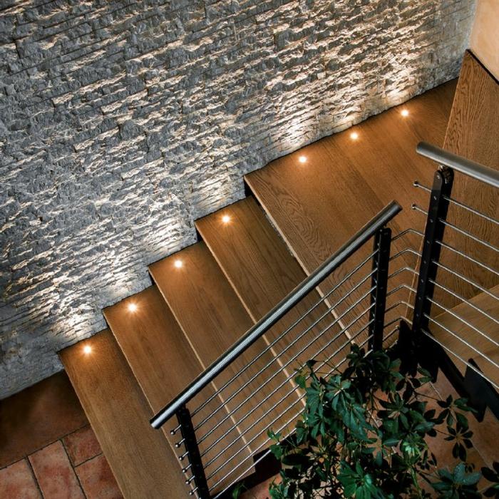 led treppenbeleuchtung hölzerne stufen steinwand
