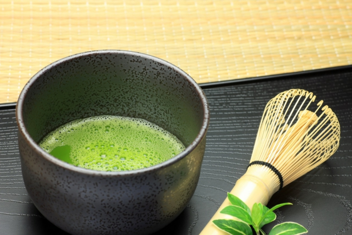 matcha tee teezeremonie teepinsel wasser grünes pulver