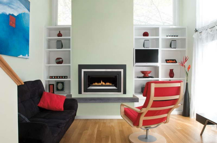 moderne kamine wohnzimmer schwarzes sofa roter sessel