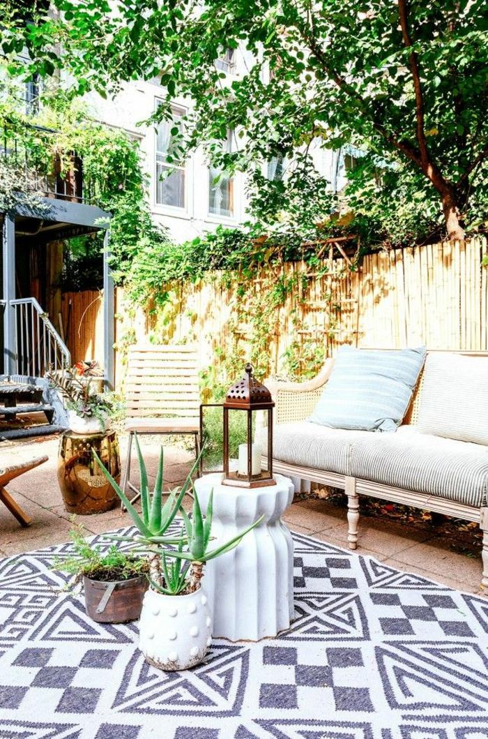 moderne teppiche außenmöbel und topfpflanzen