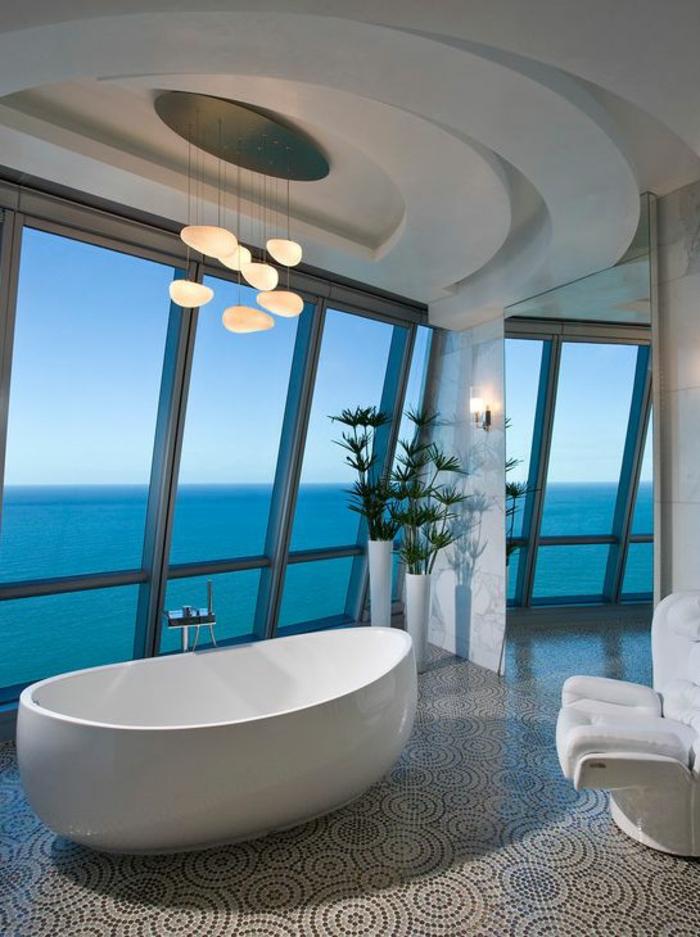 Modernes Badezimmer mit stilvollem Design und atemberaubendem Blick