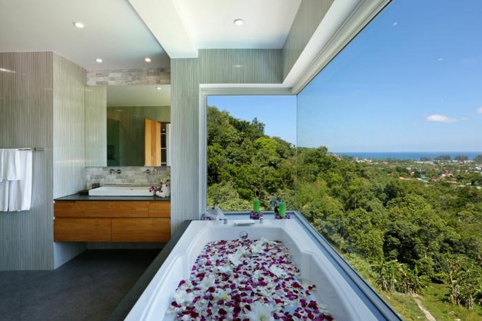 modernes badezimmer badewanne panoramafenster blütenbad
