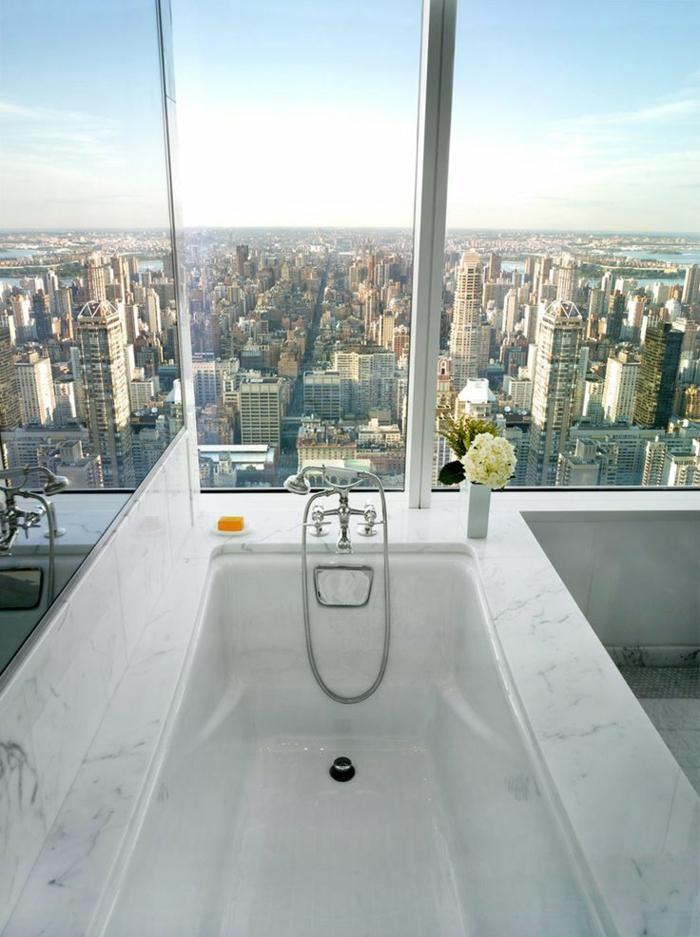 modernes badezimmer badewanne weißer marmor stadtpanorama