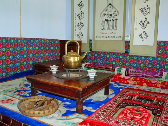 orientalische deko teekannen bunte teppiche läufer
