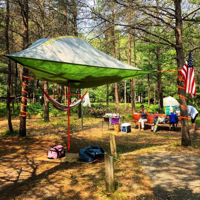 outdoor-zelt-im-wald-zelten-tentsile-camping-zelte-sommerurlaub
