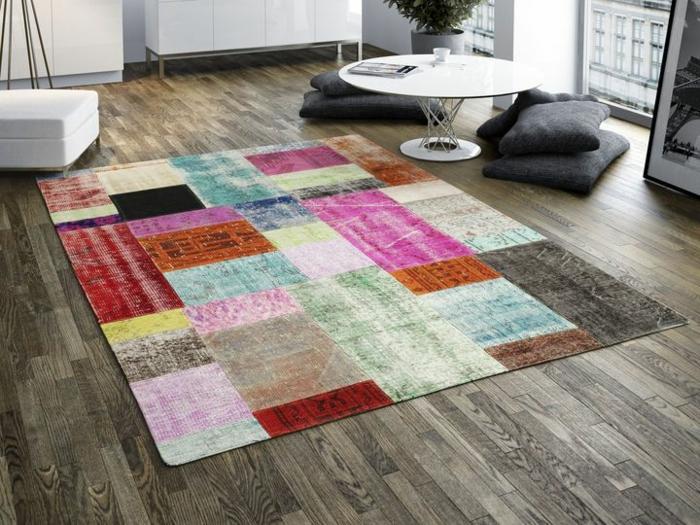 patchwork teppich bunte streifen wohnzimmer möbel