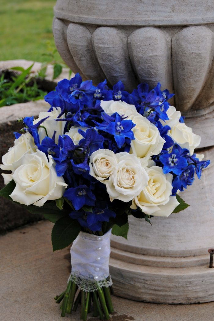 rittersporn gartenpflanzen blumenkombination weiße rosen