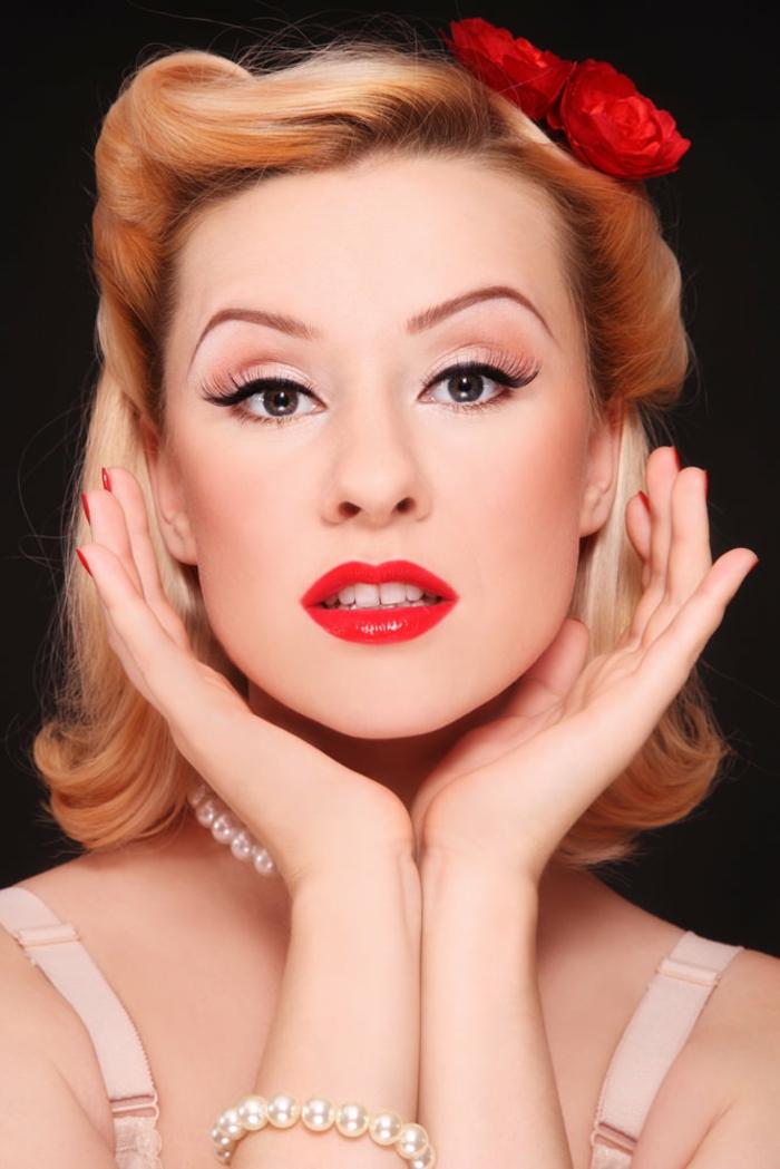 rockabilly frisuren blondes haar locken rote blumen perlen roter lippenstift