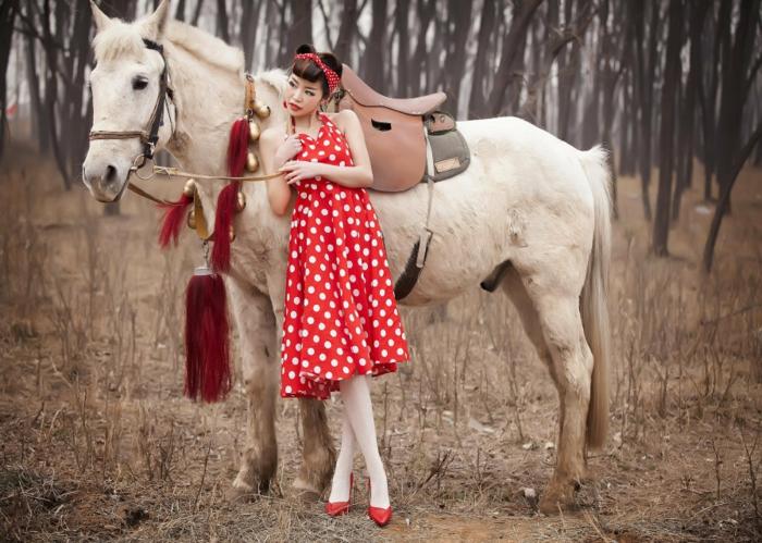rockabilly frisur retro look rotes kleid weiße punkte braunes haar